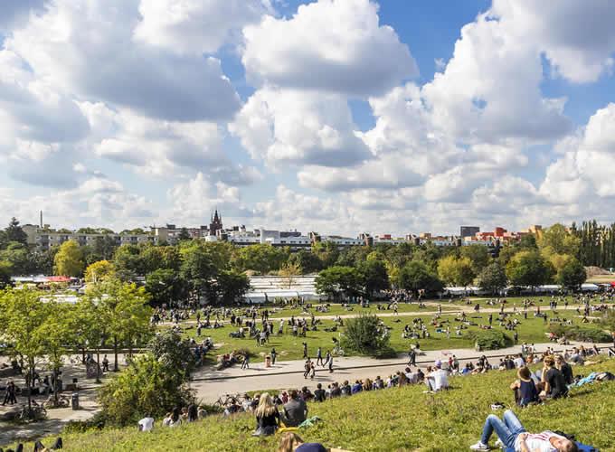 Parque Mauerpark em tarde ensolarada
