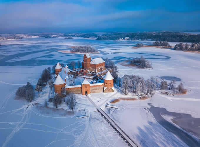 Lago ao redor do Castelo Trakai congelado