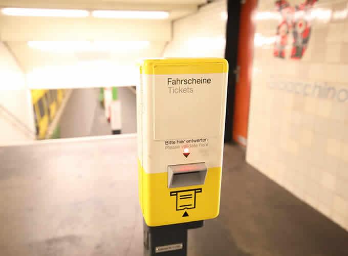 Máquina para validar ticket ao viajar de trem na Alemanha